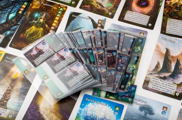 Przezroczyste karty z gry planszowej Mystic Vale: Bog Box