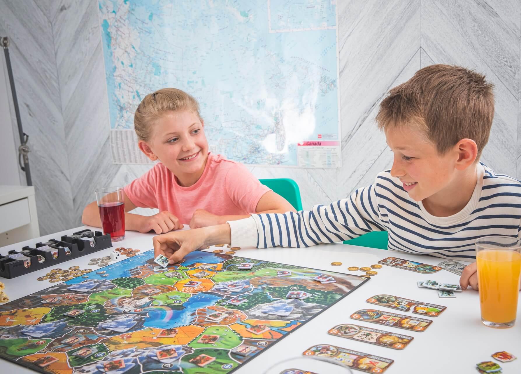 Small world gra planszowa zdjęcie z rozgrywki z dziećmi