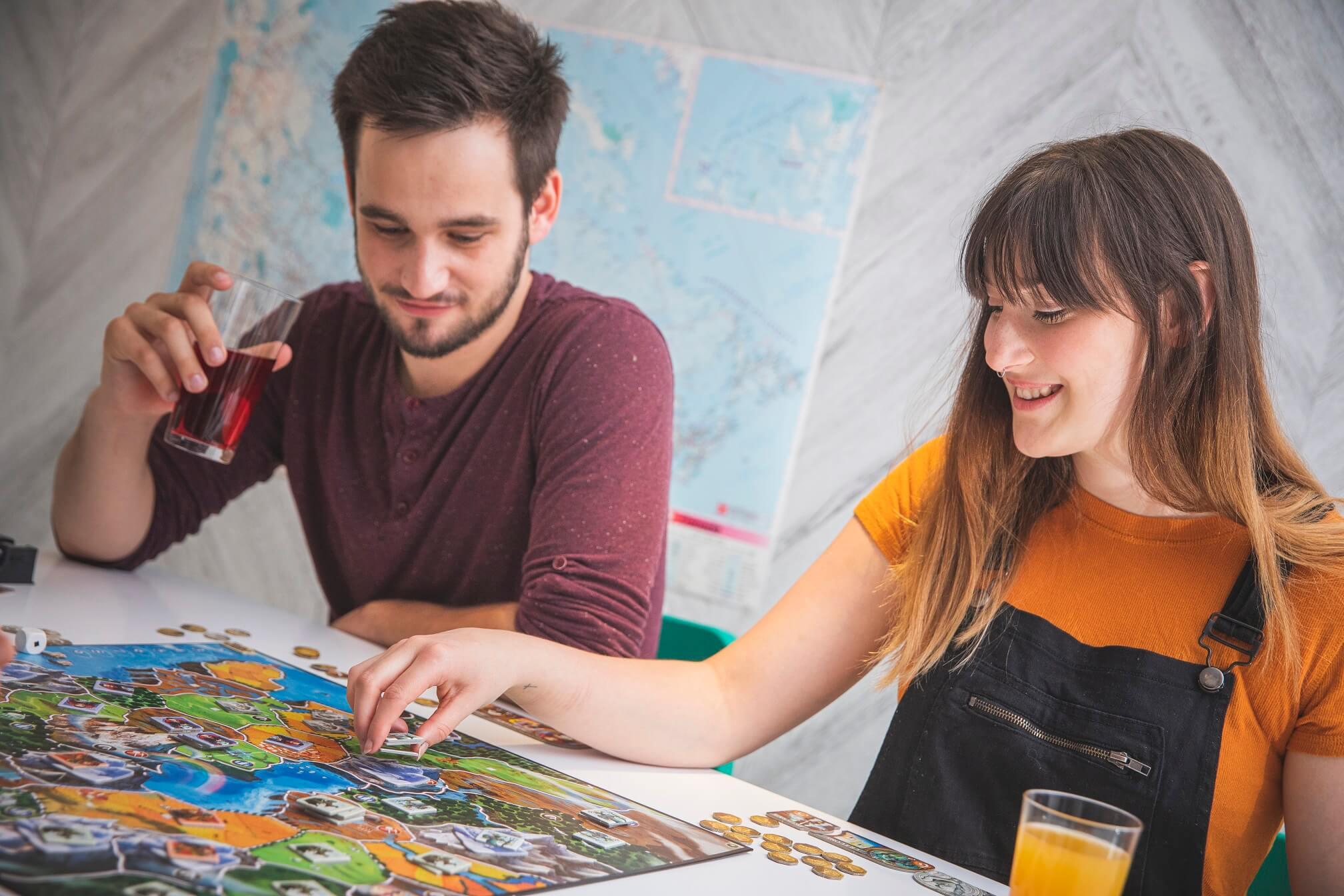 Rozgrywka w Small World grę planszową - dorośli