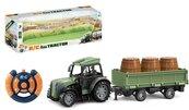 Traktor z przyczepą i beczkami
